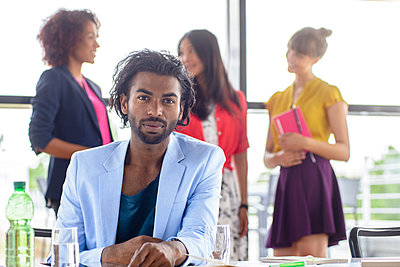 Young businessman with businesswomen in office - p300m2281507 by Buero Monaco