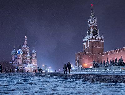 Roter Platz mit Kreml und Basilius Kathedrale im Winter bei Nacht - p390m1582790 von Frank Herfort