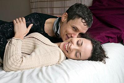 Lesbian couple - p445m1222117 by Marie Docher