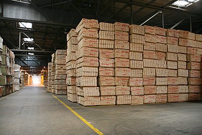 Pallets of boxes in warehouse - p555m1301676 by Tom Paiva Photography