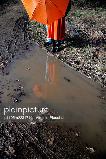 Young couple in front of a puddle - p1105m2231714 by Virginie Plauchut