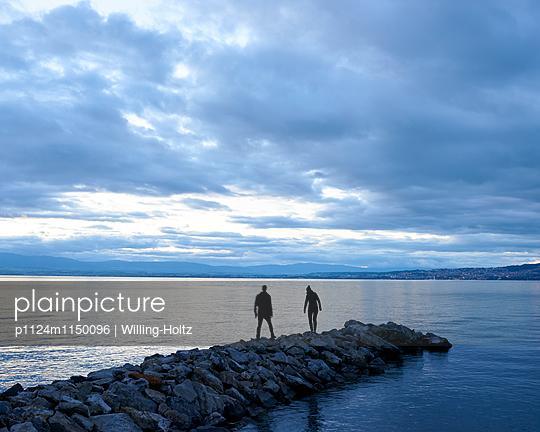 Paar spaziert auf Buhne am Genfer See - p1124m1150096 von Willing-Holtz