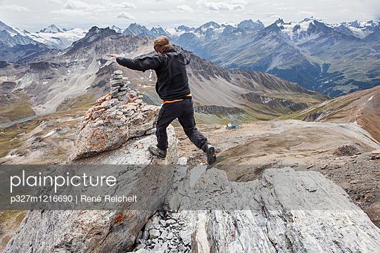 Bergsteiger springt auf dem Gipfel - p327m1216690 von René Reichelt