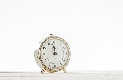 Alarm clock against white background - p1276m1200089 by LIQUID