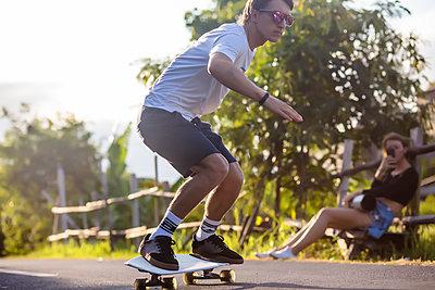 Young man skateboarding in street, Canggu, Bali, Indonesia - p343m1543791 by Konstantin Trubavin