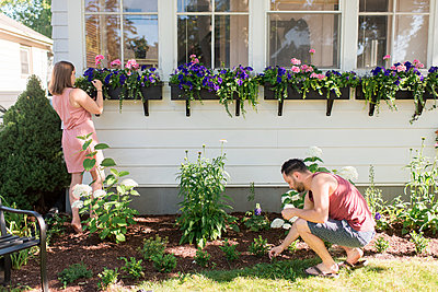 Couple gardening in front porch - p429m2145756 by Sara Monika