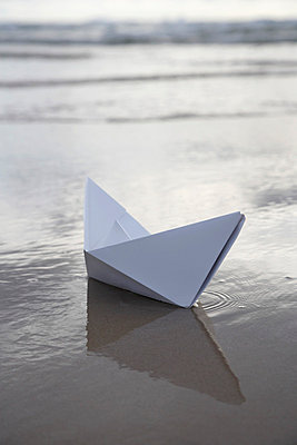 Paper boat - p4640627 by Elektrons 08
