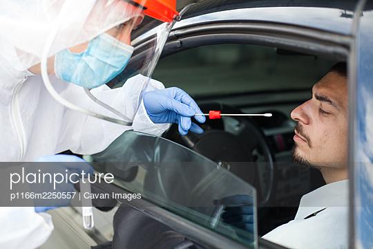 Drive-thru Coronavirus mobile vehicle COVID-19 test site - p1166m2250557 by Cavan Images