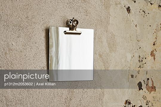 Spiegel an der Wand - p1312m2053602 von Axel Killian