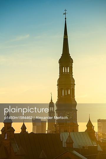 Blick auf Katharinenkirche und Michel über den Dächern der Speicherstadt, Hamburg - p1493m1584462 von Alexander Mertsch