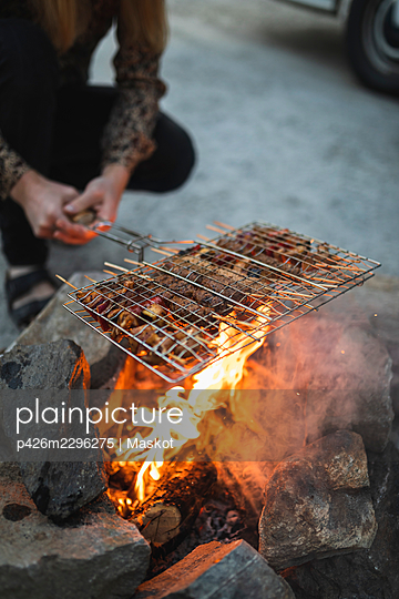 Low section of man preparing food during camping - p426m2296275 by Maskot