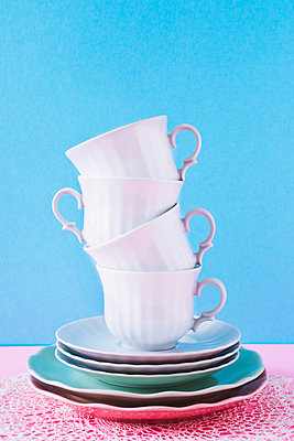 Stack of coffee cups - p1149m2089355 by Yvonne Röder