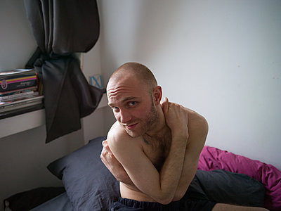 Bare-chested man with bald head - p1267m2043230 by Jörg Meier