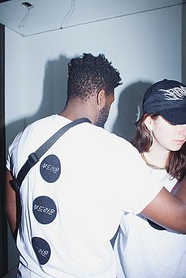 Junger Mann und junge Frau in weißen T-Shirts - p1429m2008458 von Eva-Marlene Etzel