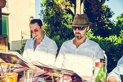 Männer im Urlaub - p904m1045020 von Stefanie Päffgen
