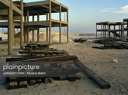 Unfinished building - p453m2110404 by Mylène Blanc