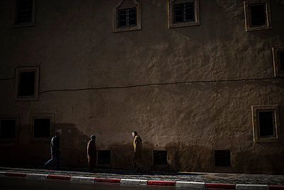 People walking in a street at night - p1007m1221906 by Tilby Vattard
