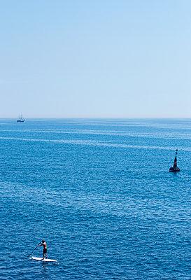 Stand Up Paddling auf dem Meer - p1443m1502107 von SIMON SPITZNAGEL