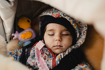 Little girl sleeping - p586m2090001 by Kniel Synnatzschke