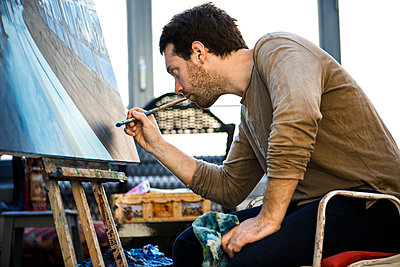 Artist working on oil painting in art studio - p623m1221149 by Frederic Cirou
