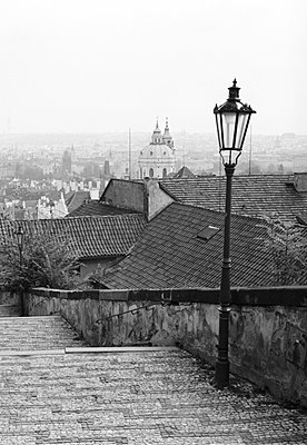 St. Niklas-Kirche in Prag mit Treppe und Laterne - p627m672369 by Kirsten Nijhof