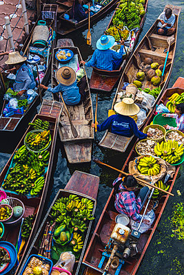 Floating markets, Bangkok, Thailand. - p651m2006960 by Marco Bottigelli