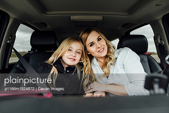 Portrait of mother and daughter sitting in car - p1166m1524872 by Cavan Images