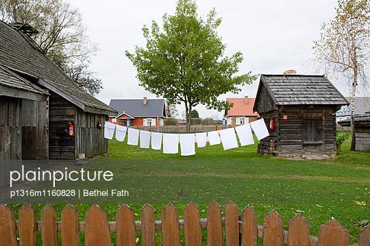 Wäscheleine zwischen Holzhäuser, Siolo Budy, Bialowieza-Nationalpark, Woiwodschaft Podlachien, Polen - p1316m1160828 von Bethel Fath