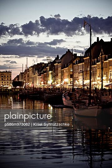 Kopenhagen, Boote im Hafen bei Nacht - p586m973082 von Kniel Synnatzschke
