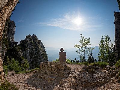 Italy, Veneto, Strada delle 52 Gallerie, hiker having a break - p300m2024180 by Albrecht Weißer