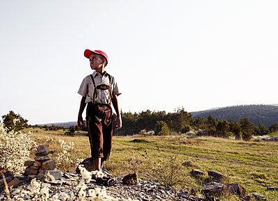 Junge mit Baseballcap und Tracht - p8430009 von Rea Stein