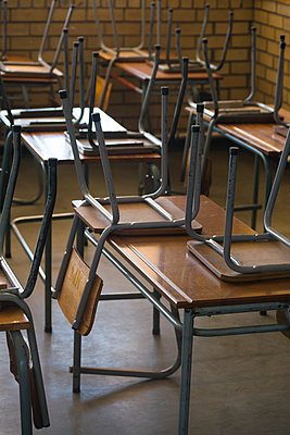 Tables and chairs in an empty classroom - p967m1480733 by Wessel Wessels