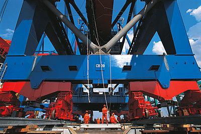 Aufbau von neuen Containerbrücken aus China im Hamburger Hafen - p1099m1516222 von Sabine Vielmo