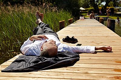 Mann auf dem Rücken liegend - p1146m1165011 von Stephanie Uhlenbrock