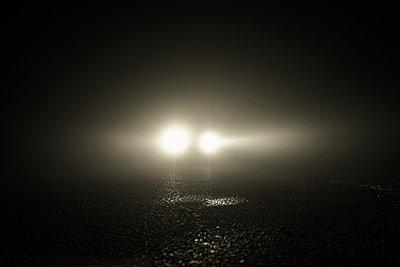 Scheinwerfer im Dunkeln - p1312m2087531 von Axel Killian