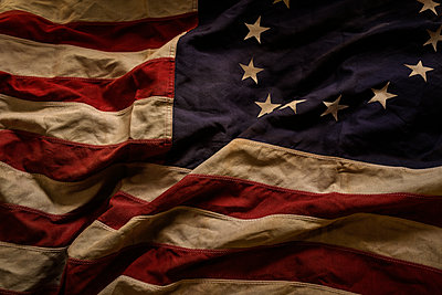 Studio shot of American flag - p1427m2202135 by Tetra Images