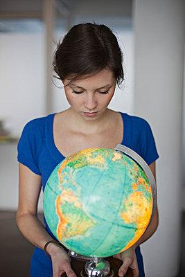 Woman with globe - p586m753979 by Kniel Synnatzschke