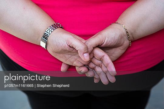 Hände hinter dem Rücken - p1057m1161665 von Stephen Shepherd