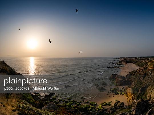 Portugal, Alentejo, beach at sunset - p300m2080769 by Albrecht Weißer