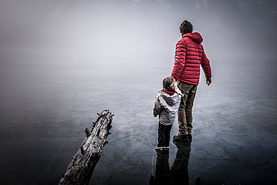 Father and daughter walking on ice - p1007m1134071 by Tilby Vattard