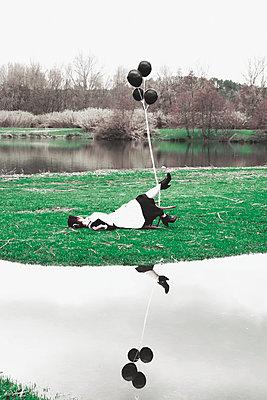 Dienstmädchen mit Luftballons  - p1521m2158317 von Charlotte Zobel