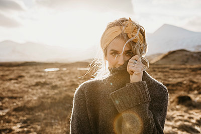 UK, Scotland, Loch Lomond and the Trossachs National Park, portrait of young woman in rural landscape - p300m2104163 by letizia haessig photography