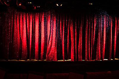Roter Vorhang - p600m2076317 von Laura Stevens