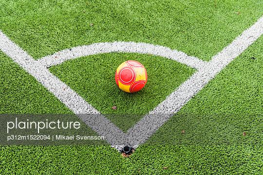 plainpicture | Photo library for authentic images - plainpicture p312m1522094 - Ball on soccer field corner - plainpicture/Johner/Mikael Svensson