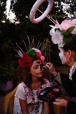 Mädchen bekommt Gesichtsbemalung, Portrait - p756m2254054 von Bénédicte Lassalle