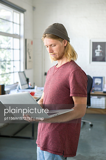 Mann mit Mütze - p1156m1572797 von miep
