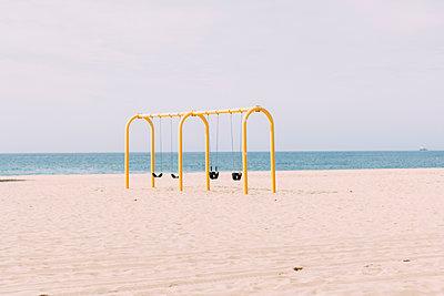 Schaukel am Strand - p1076m1131529 von TOBSN