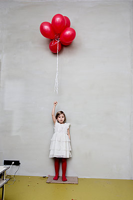 Mädchen mit Luftballons im Wohnzimmer - p1212m1092006 von harry + lidy