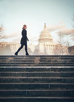 Woman in front of United States Capitol - p984m2022603 by Mark Owen
