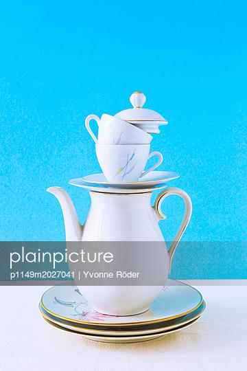 plainpicture - plainpicture p1149m2027041 - Stack of coffee set - plainpicture/Yvonne Röder